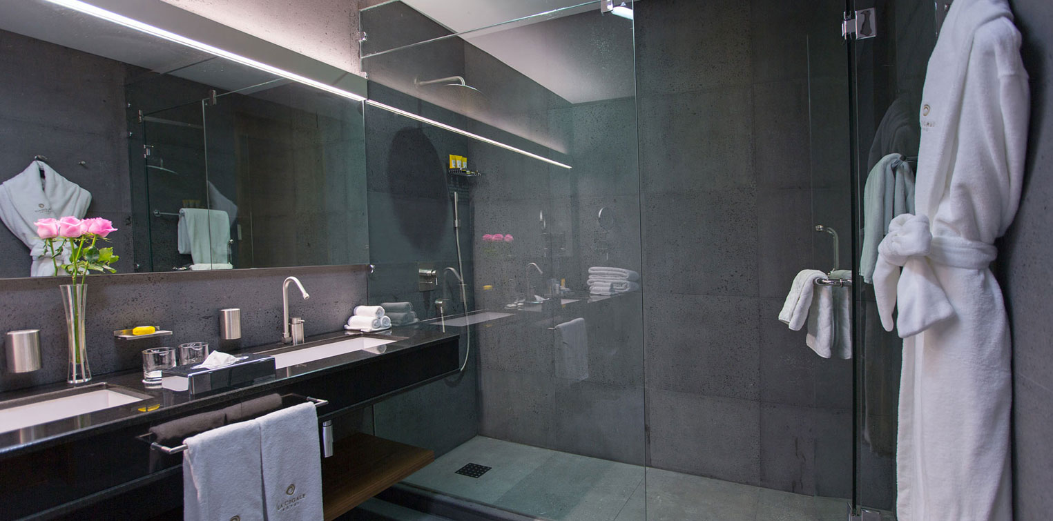 Diplomatic Suite Bathroom – La Cigale Hotel